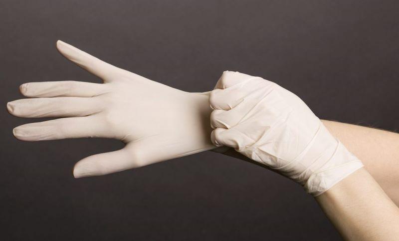 Доктор надевает перчатки
