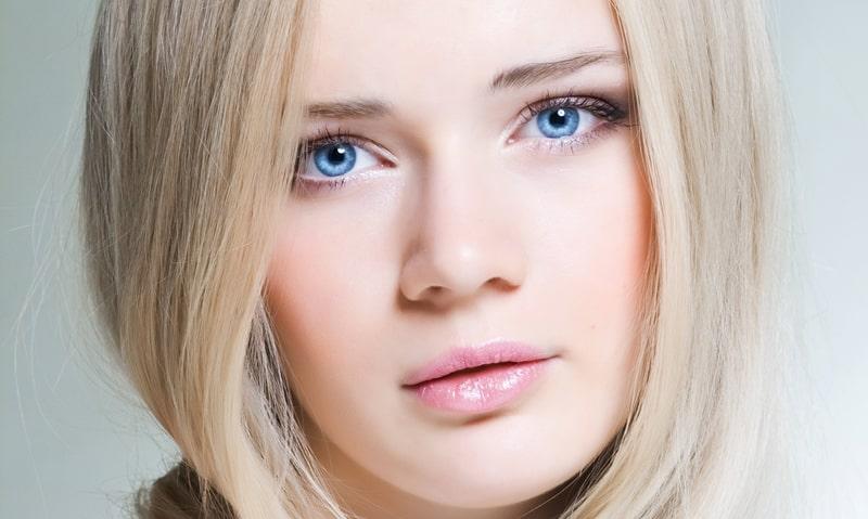 Красивая девушка с голубыми глазами