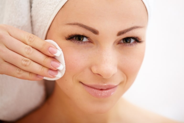протирать кожу лица ватным диском