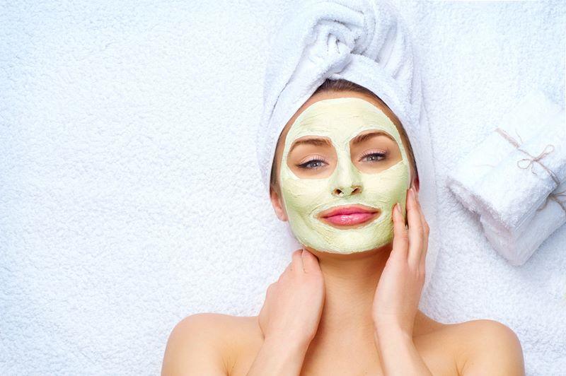 Проводится пилинг лица на проблемной коже