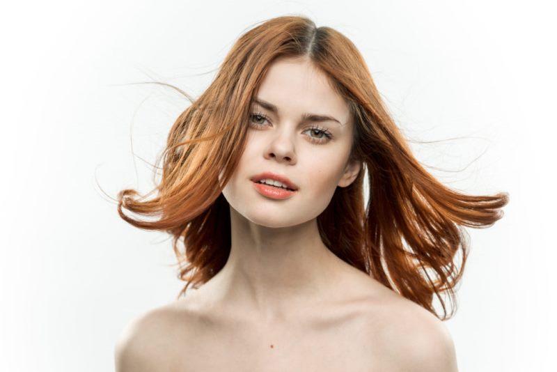 У девушки разлетаются волосы