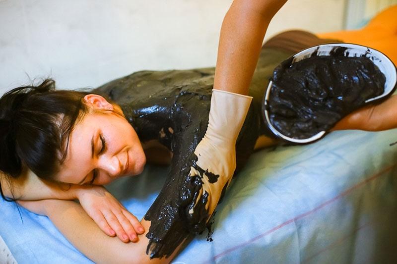Нанесение грязи на тело