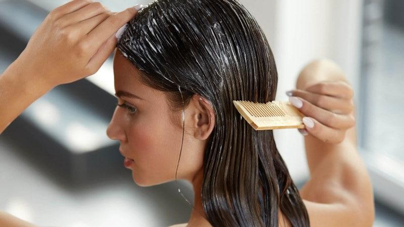 нанесение маски от сечения волос