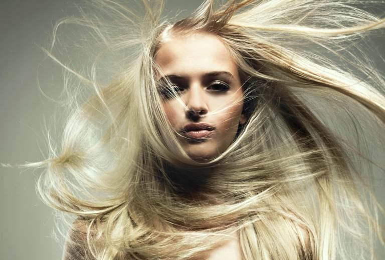 У блондинки разлетаются волосы