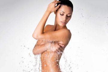 Брызги воды на девушке