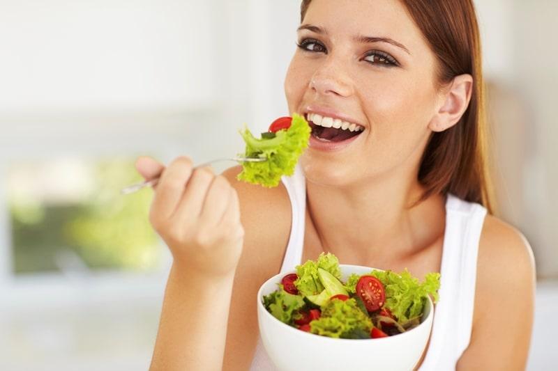 Девушка кушает полезную пищу