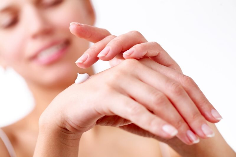 наносить крем на руки