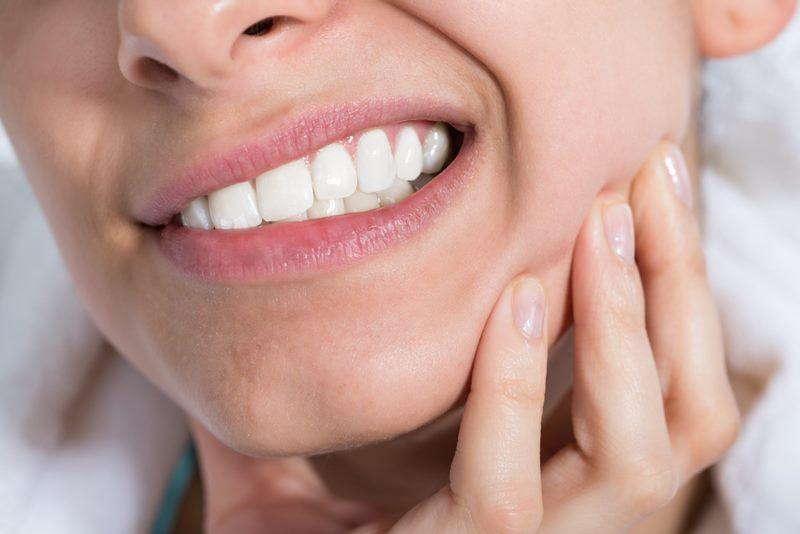 Девушке болит зуб
