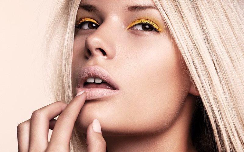 блондинка со светлыми губами