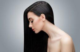 Девушка в профиль с красивыми волосами