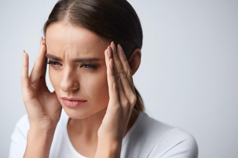 Девушке болит голова