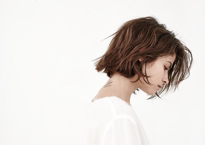 Девушка с короткими волосами в профиль