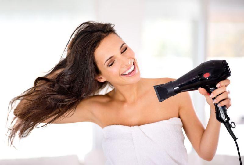 Сушить волосы феном