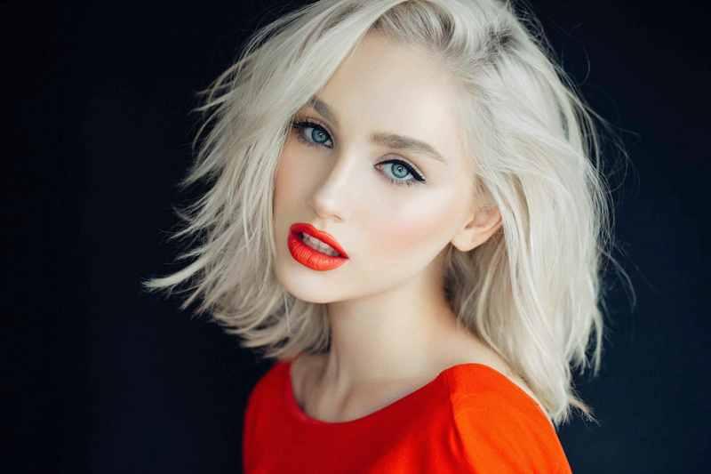 Блондинка с короткими волосами