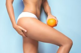 Апельсин возле ноги