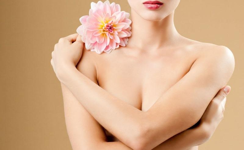 Девушка закрывает грудь разную