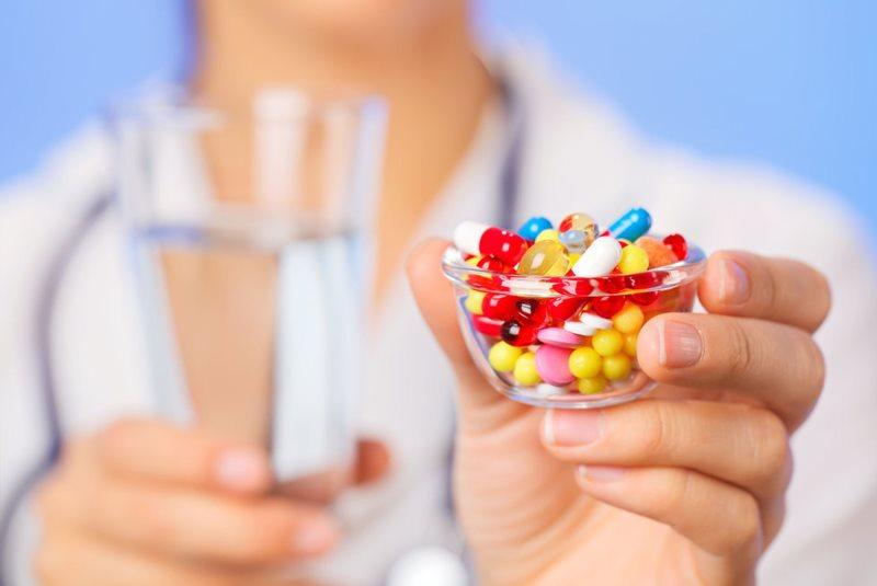 Витамины в руках доктора