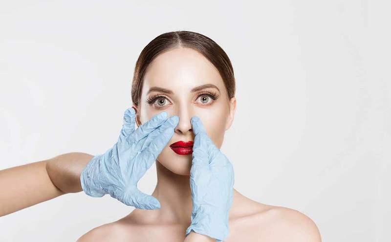 Хирург касается носа
