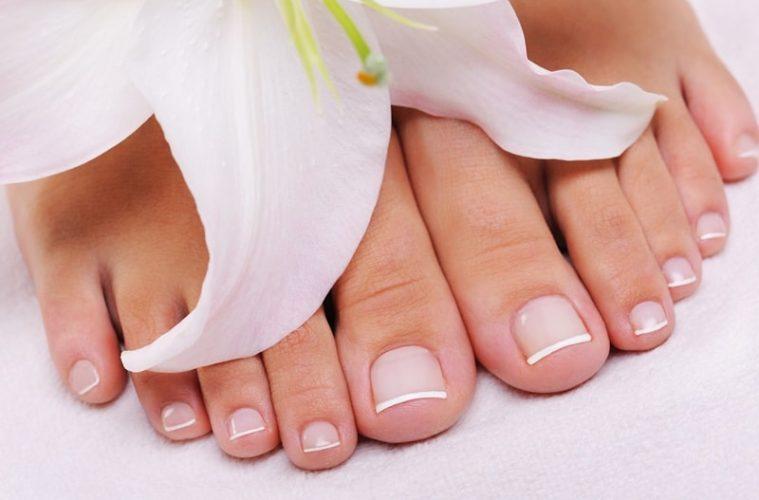 Красивые женские ножки с цветком