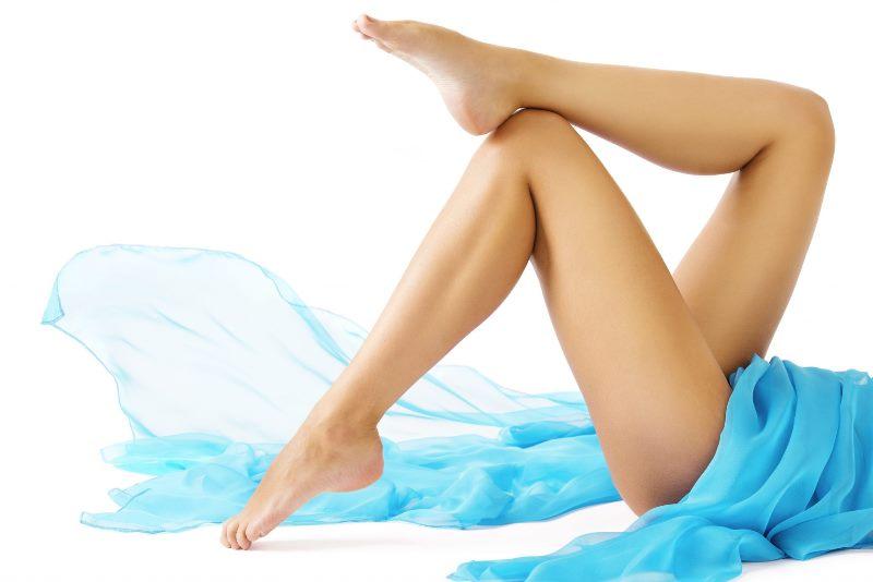 Женские ноги и синяя ткань