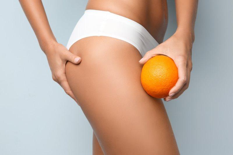 Апельсин возле ног