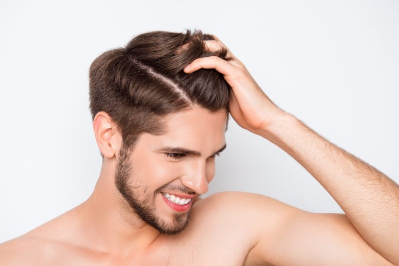 Мужчина держится за волосы