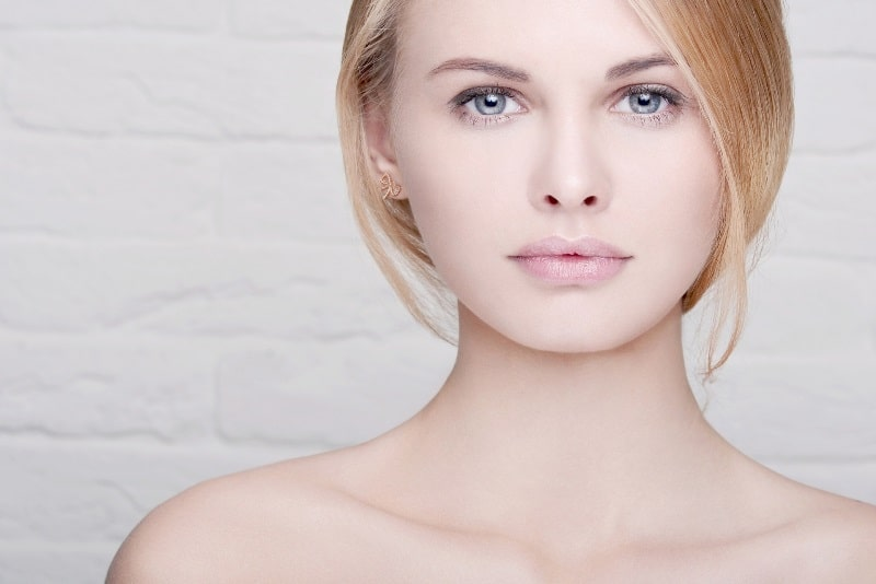 Красивая девушка с белой кожей