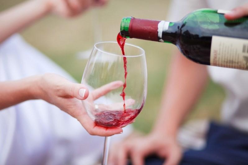 Наливается вино в бокал