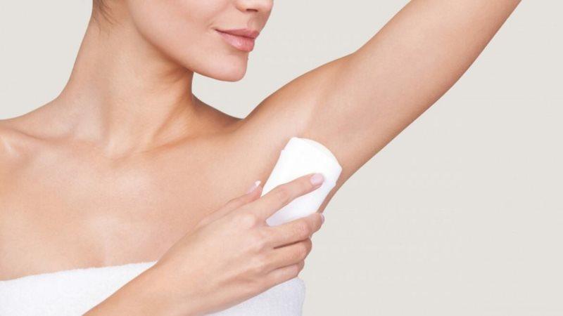 Наносить дезодорант