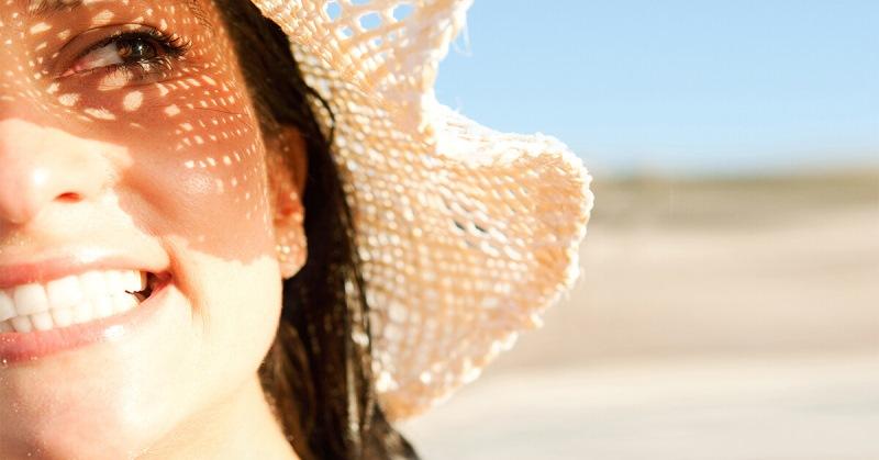 Девушка в шляпе на солнце