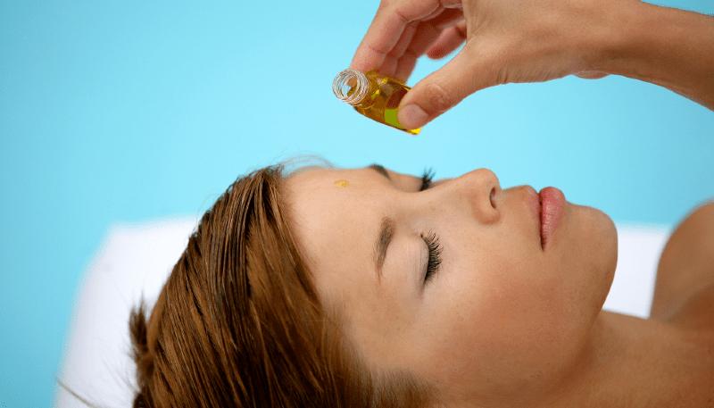 Наносить эфирное масло на лицо