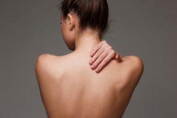 Девушка касается спины