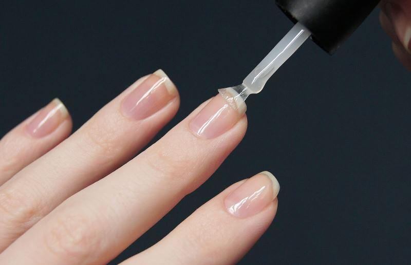 Нанесение лака на ногти от грибка