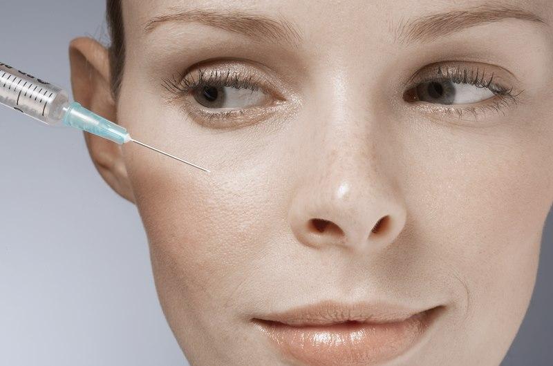 Проводится мезотерапия вокруг глаз