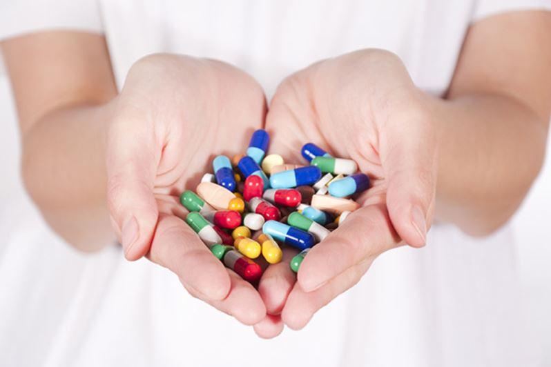 Витамины для кожи и волос в руках