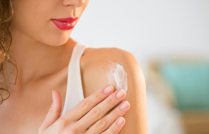 Нанесение крема на тело