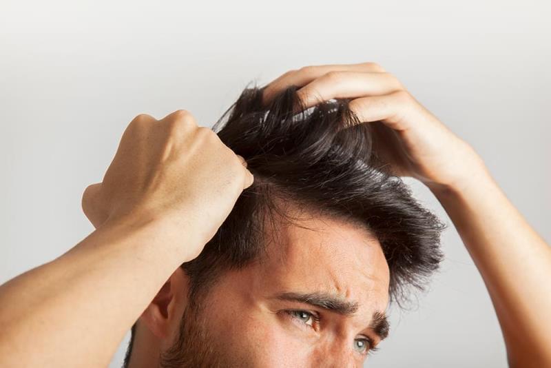 Касаться своих волос