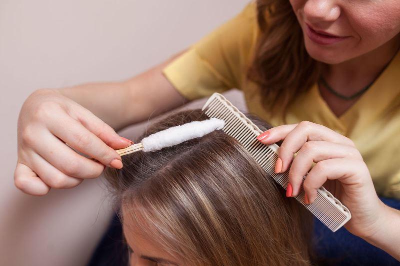 Проводится криомассаж головы