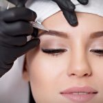 Проводится перманентный макияж бровей