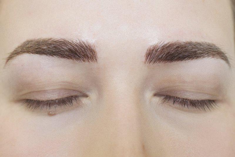 перманентный макияж бровей у девушки