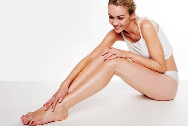 Женщина гладит ножки
