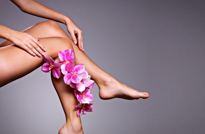 Женские ноги с цветком