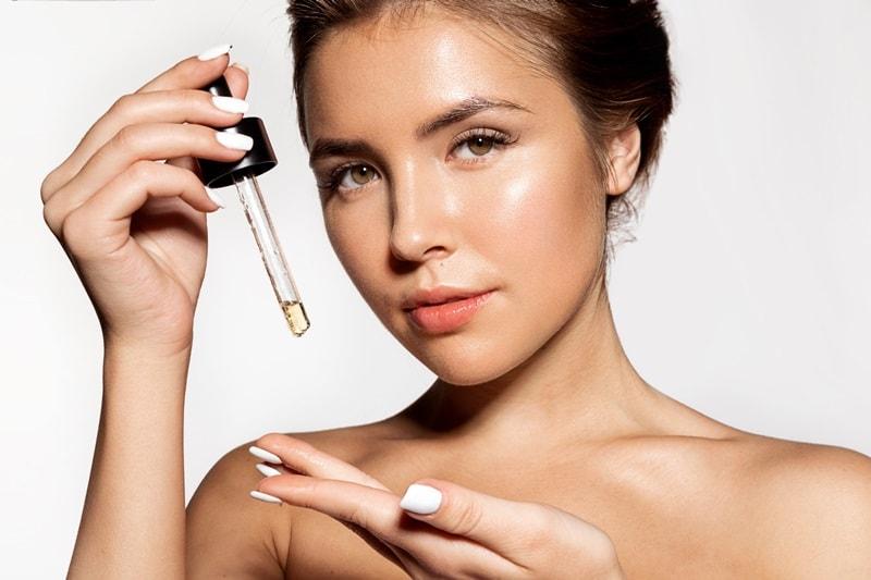 Гидрофильное масло для лица в руках у девушки