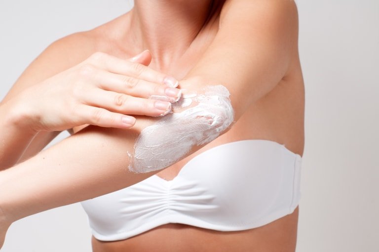 Увлажнять кожу на локтях кремом