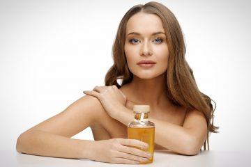 Касторовое масло для лица в руках