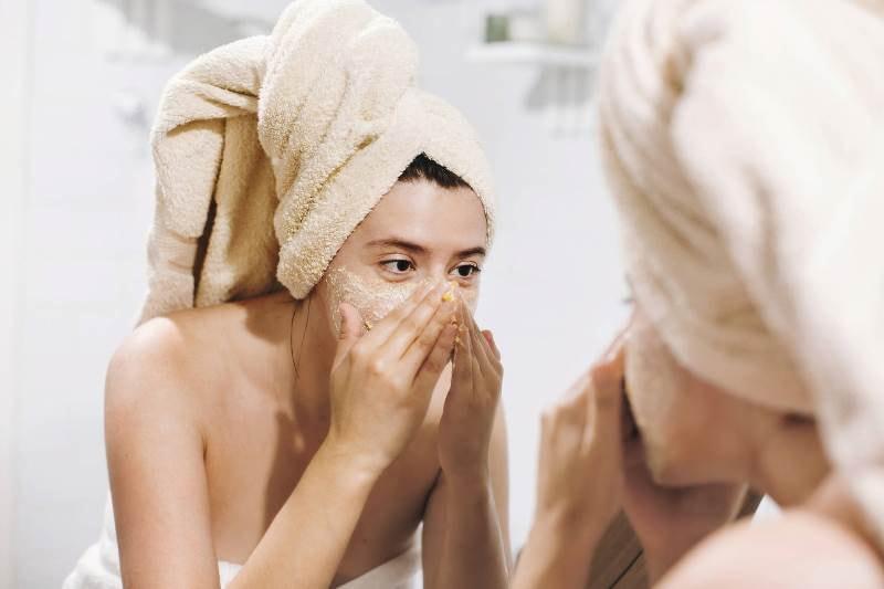 Девушка наносит маску из дрожжей
