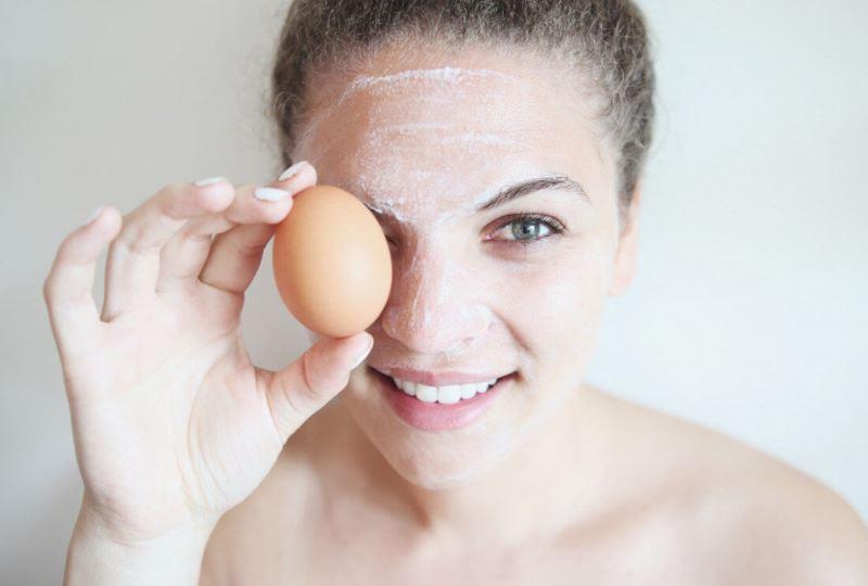 Маска из яйца на лице