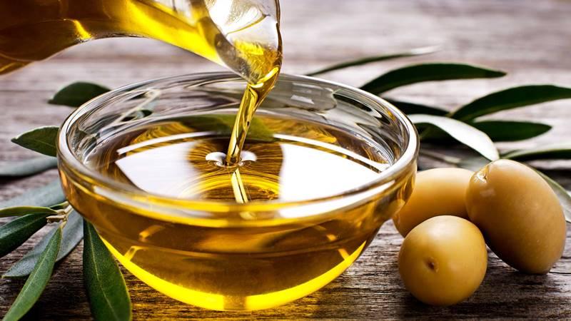 Оливковое масло в емкости