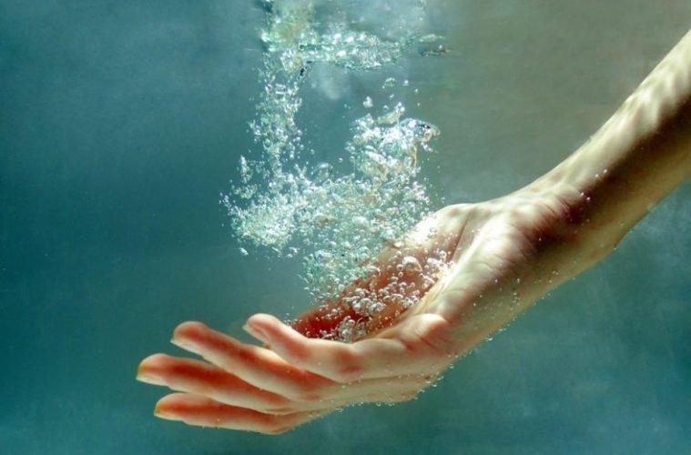 Рука в воде