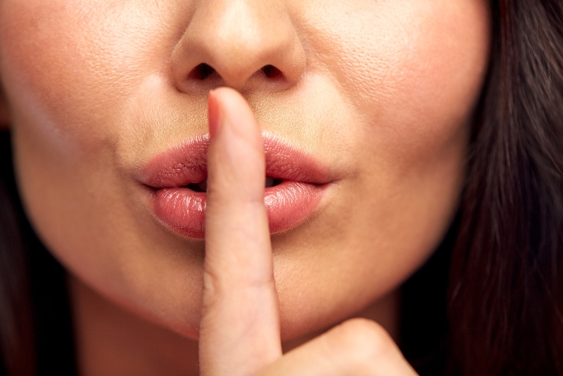 Девушка касается губ